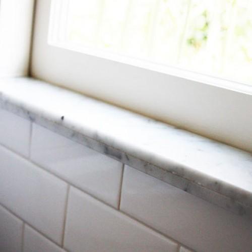 Jaki parapet wewnętrzny wybrać do łazienki?