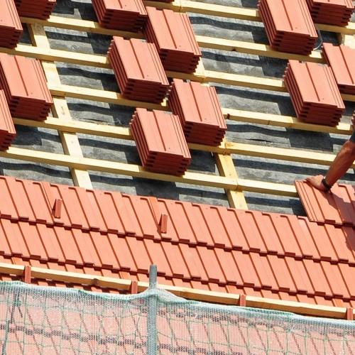 Wymiana pokrycia dachowego. Na czym nie warto oszczędzać?