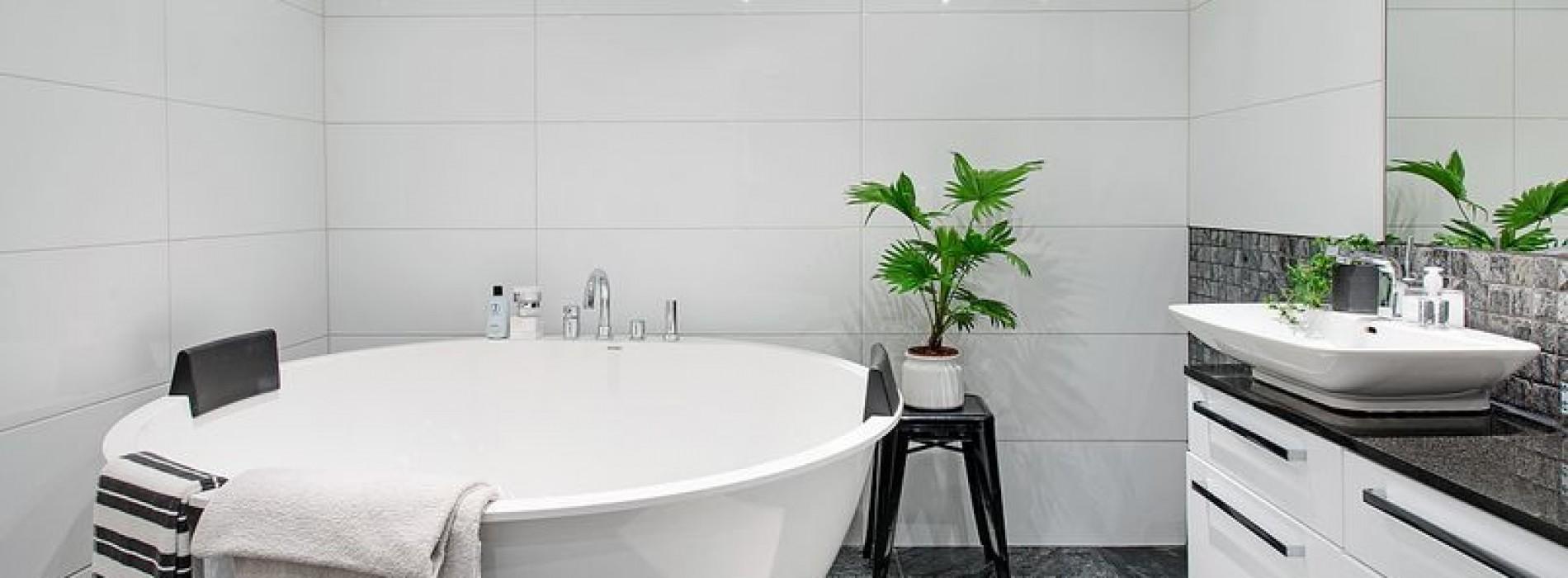Minimalistyczna i surowa czy może przytulna łazienka w stylu retro?